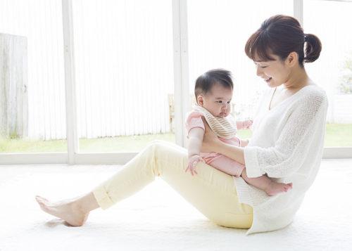赤ん坊を抱っこする女性