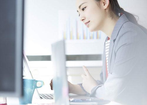 ノートパソコンで作業中の女性
