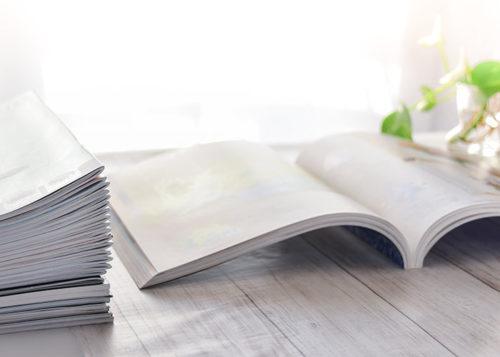 積み上げられた冊子とページの開かれた本